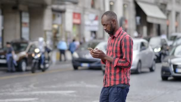 depositphotos_188669292-stock-video-beautiful-black-man-using-phone